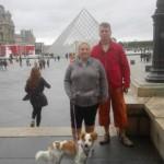 Alina in Paris am Louvre